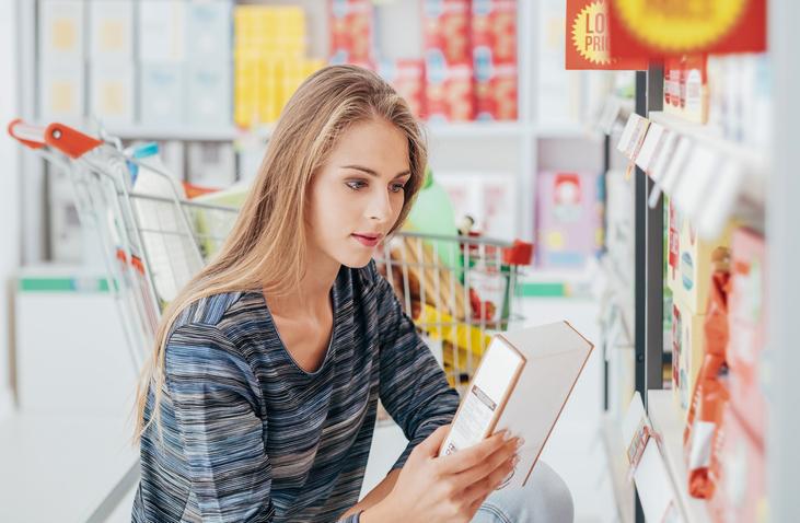 Matglädje vs näringsinnehåll, kvinna som läser näringsinnehåll