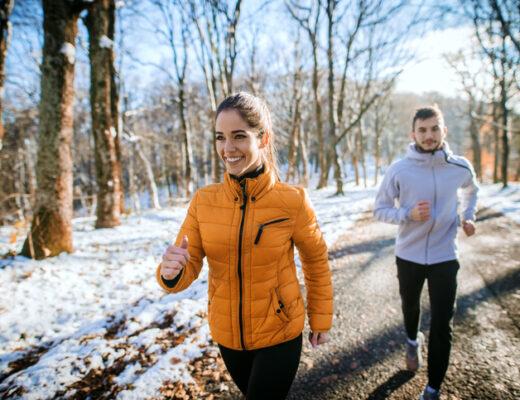 30/30-utmaningen, man och kvinna är fysiskt aktiva ute