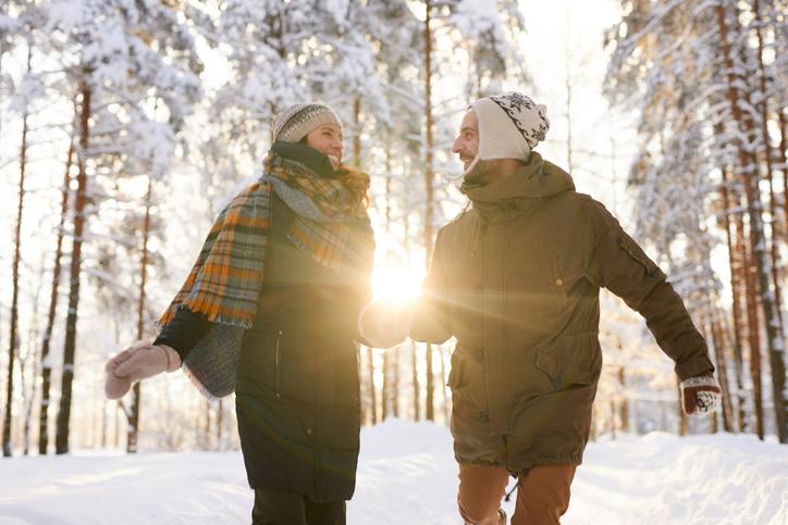 mann och kvinna går en Julpromenad