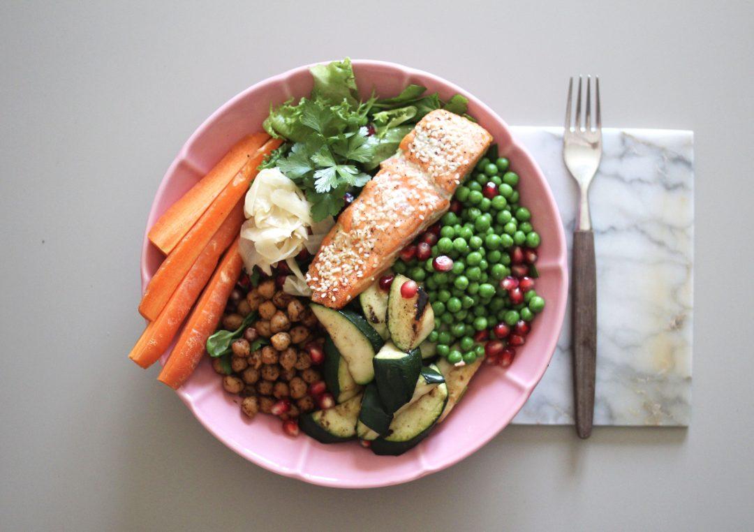 Sesamlax med kikärter och grönsaker