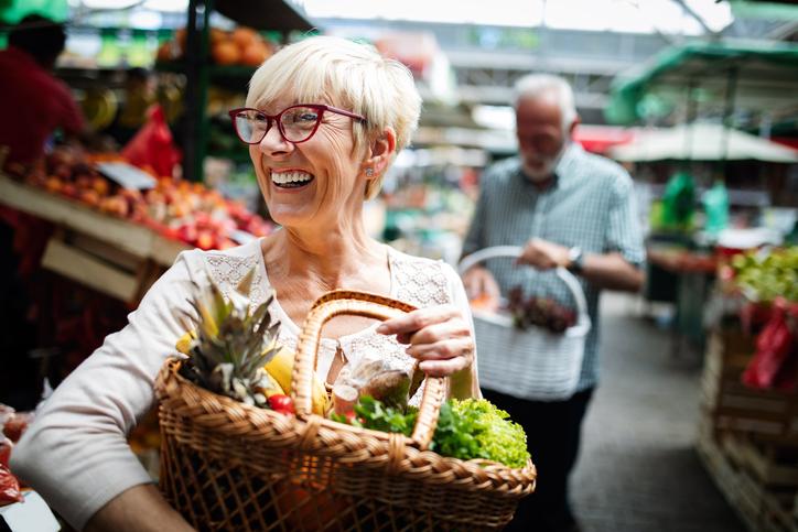 Kvinna köper hälsosam mat. Hur en diabetiker äter kan förbättra deras hälsa