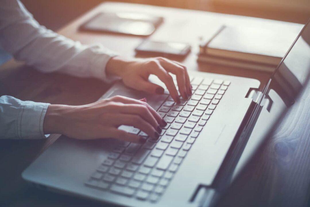 Ställ krav för din egen hälsa! Kvinna med laptop