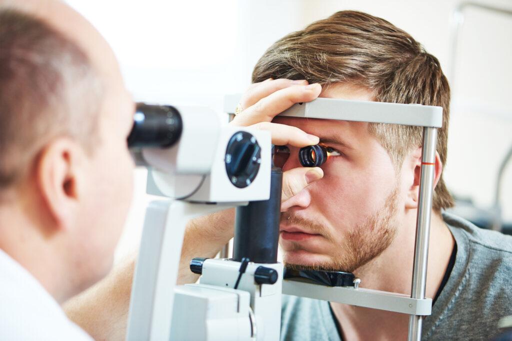 Så tar du hand om dina ögon på bästa sätt. Mannen undersöks av en ögonläkare