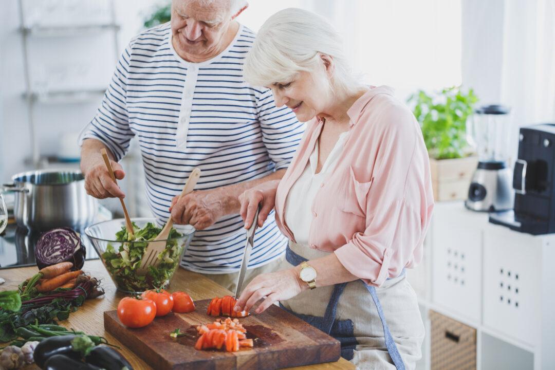 Äldre par som lagar mat i köket. 5 bra tips för ett stabilare blodsocker