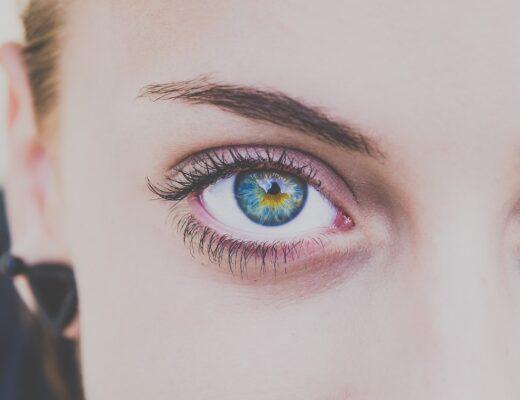 Närbild av en kvinnas ögon. Så tar du hand om dina ögon på bästa sätt och förebygga ögonkomplikationer.
