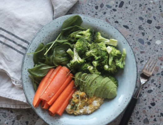 Recept på lunchsallad med äggröra och broccoli