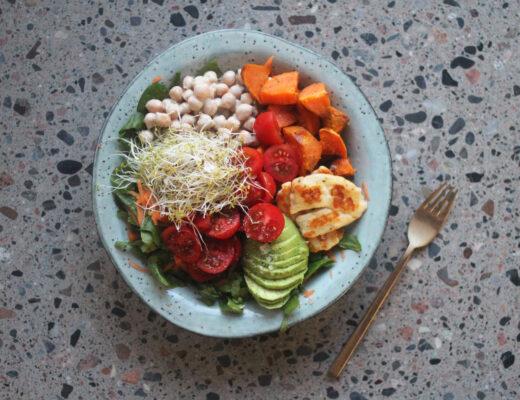 Näringsrik fralla med sötpotatis, tahini-kikärter och halloumi