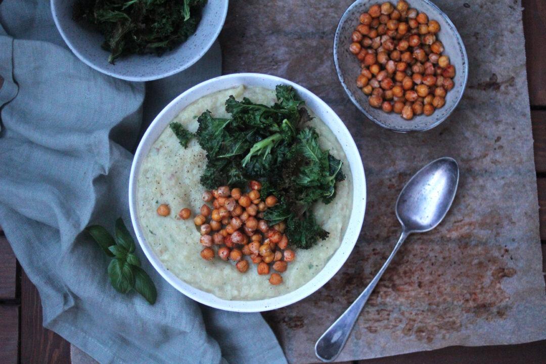 Rotsellerisoppa med rostade kikärter och grönkålschips