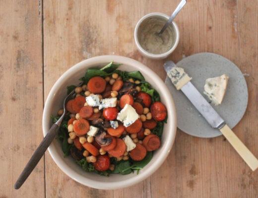 Sallad med kikärter, stekta grönsaker, blåmögelost och senapsdressing
