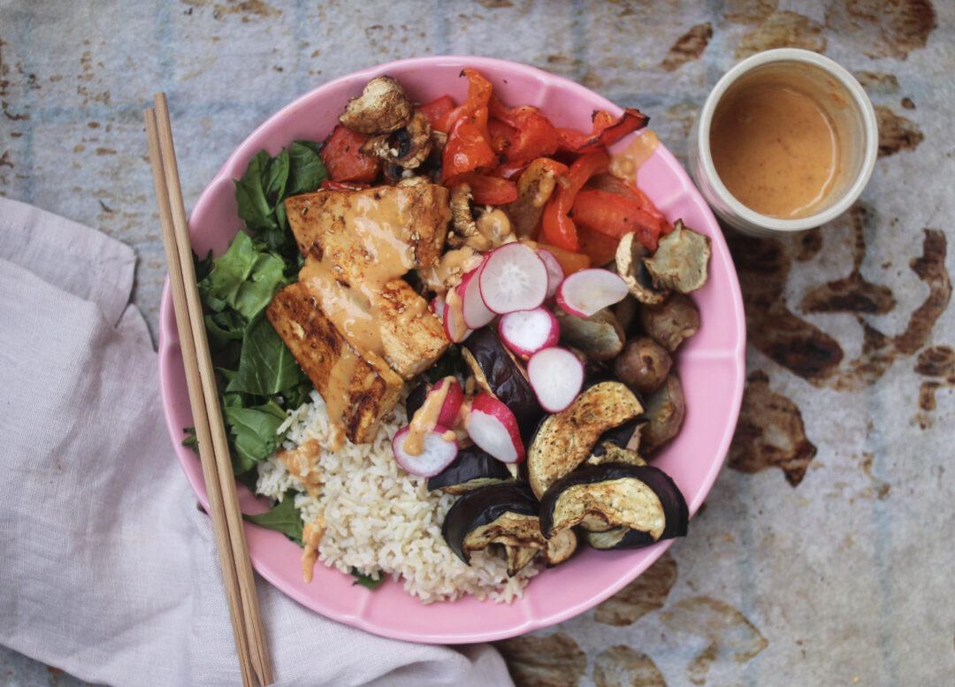 Asiatisk sallad med tofu och jordnötssås