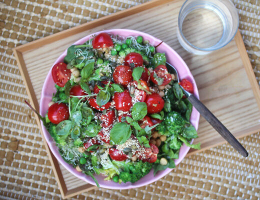 Grön sallad med ärter och broccoli